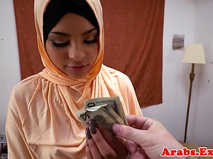 Amateur arabic babe pounding guys cock